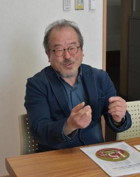 手話で遠隔通訳の重要性を訴える会沢隆典会長=水戸市住吉町