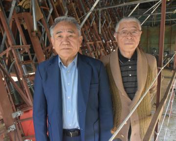 30年かけて「引力発電装置」を開発したサンテルの竹下輝美さんと大野三也さん(左から)=鹿嶋市中