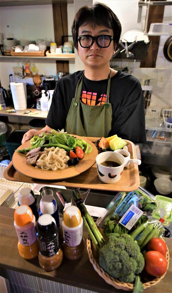 笠間市内5店舗の提供で作られた「サラダつけ麺」=笠間市笠間