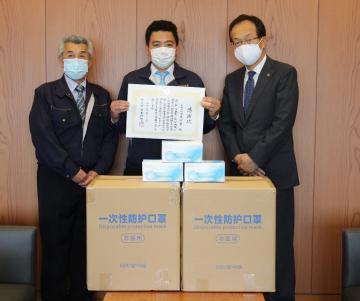 坂東市にマスクを寄贈した日東測量の滝本将博社長(中央)ら=坂東市役所