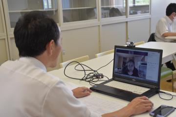 生徒とオンラインで面談を行う教諭=常総市小山戸町の市立水海道中