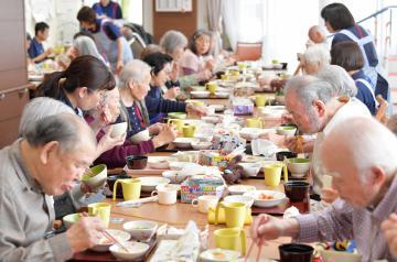 一斉に食事を取るデイサービス利用者。高齢者施設では社会的距離を保つことが困難な場面がある=水戸市開江町、鹿嶋栄寿撮影