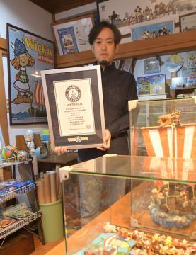 「小さなバイキング ビッケ」のグッズ収集のギネス認定書を手にする岩井清志さん=古河市横山町