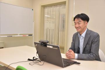 オンラインで面接を行う茨城いすゞの豊崎悟常務=水戸市五軒町