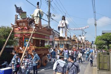 大人形を乗せた山車が街中を練り歩く「潮来祇園祭礼」=潮来市潮来(昨年の様子)