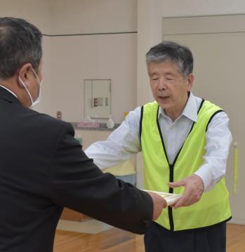 岸田一夫鉾田市長から感謝状を受け取るHOKOTA夢倶楽部の青野正男代表=同市鉾田