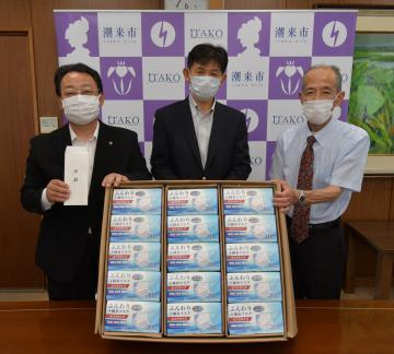 使い捨てマスク贈呈式に出席した互福衣料の川島義行さん(右)=潮来市役所