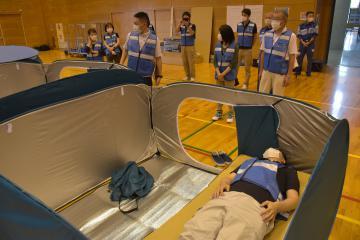 避難者1人当たりのスペースを広く取ったテント型の避難スペース=常総市鴻野山の石下総合体育館