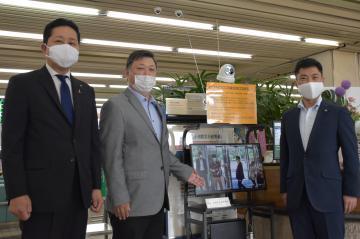 サーマルカメラを寄贈した東関東警備保障の鴨志田聡社長(中央)=ひたちなか市役所