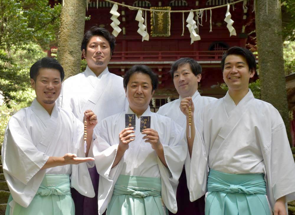 神玉を手に持つ「県多賀神道青年会」のメンバーたち=北茨城市華川町の花園神社