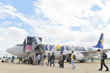 再開したスカイマーク福岡便に搭乗する乗客たち=12日午前9時51分、茨城空港、菊地克仁撮影