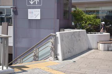 少年がスケートボードをして転落した壁=JR水戸駅南口