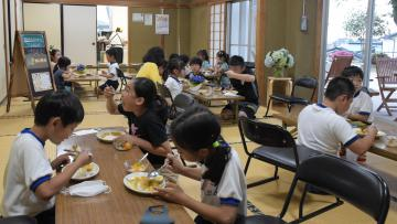 毎週木曜日に開設される「塙山みんなのカフェ」の試食会でカレーを頬張る子どもたち=日立市金沢町