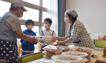応援弁当を受け取る児童たち=鹿嶋市木滝