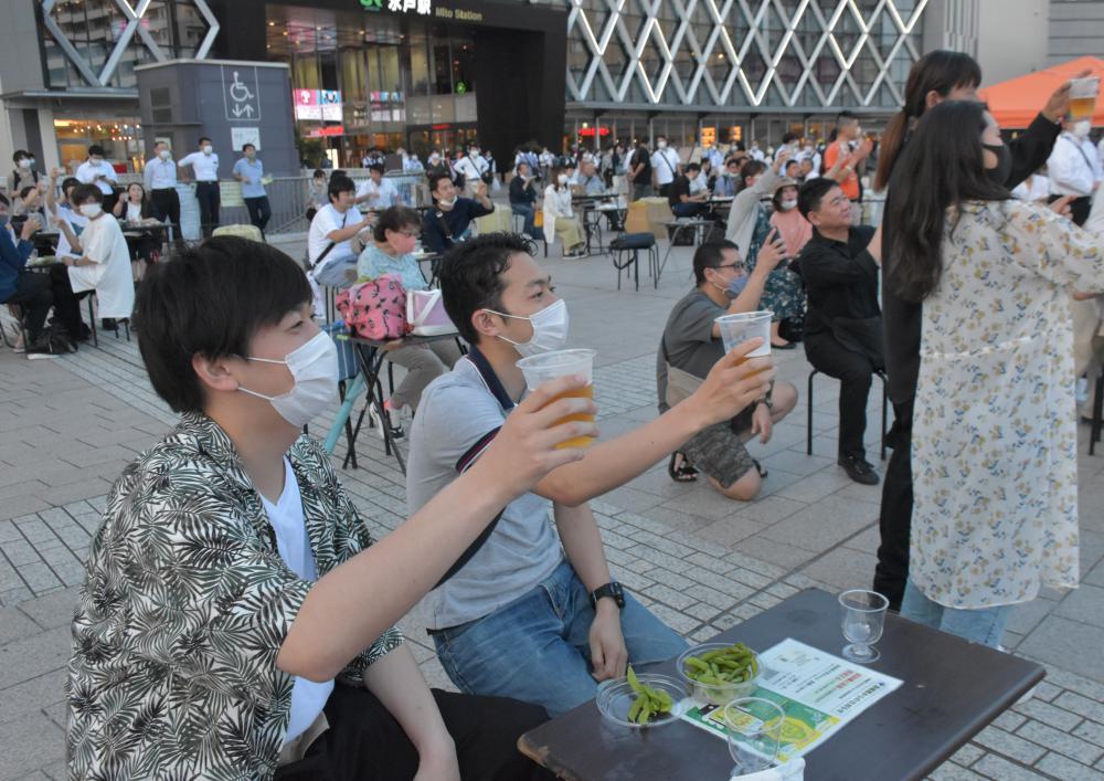 「日本酒bar」で地酒などを楽しむ参加者ら=水戸市宮町