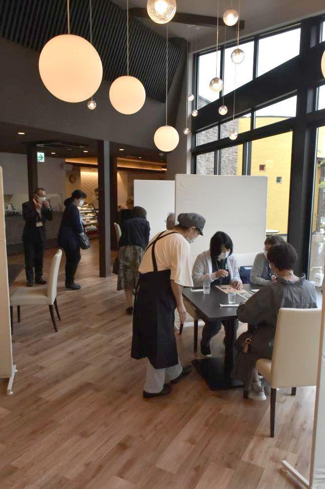 「くれよんカフェ」の店内。プレオープンの25日、午前から来店が相次いだ=水戸市元吉田町