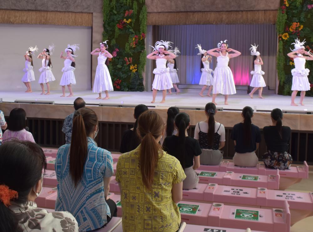 観覧席に空席を作りながら行われるフラガールのショー=福島県いわき市