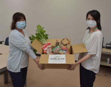 鉾田市社会福祉協議会が生活困窮世帯に配布する食料品などを詰めた「かけはしボックス」=鉾田市当間