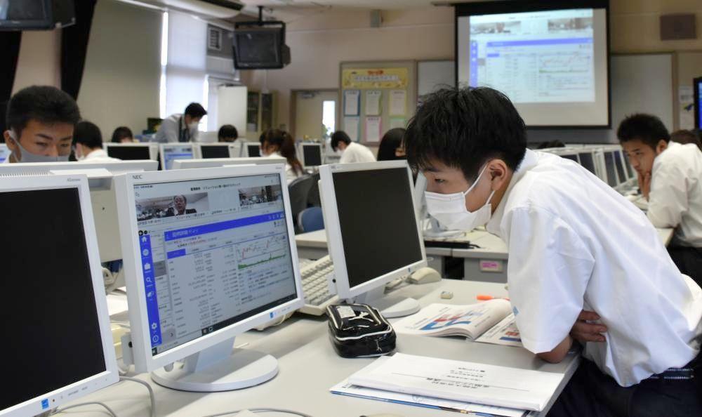 オンライン授業で株価の動きなどについて学ぶ生徒=常陸大宮市野中町の県立常陸大宮高校