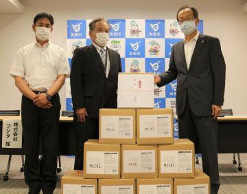 事務機器販売・保守管理のフジタが坂東市にアルコール手指消毒液15キログラムが入った段ボール10箱を寄贈=同市役所
