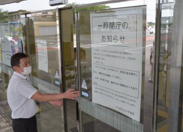 職員の新型コロナウイルス感染が確認され、本庁舎を閉鎖する職員=3日午後2時すぎ、つくばみらい市福田の市役所伊奈庁舎