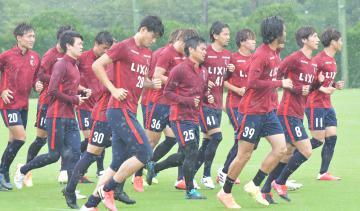 川崎戦に向け調整するJ1鹿島の選手たち=クラブハウスグラウンド