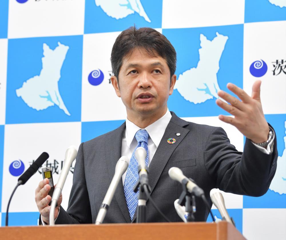 県独自の新型コロナウイルス対策指針の一部改定などについて会見する大井川和彦知事=3日午後、県庁