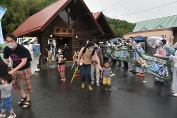 袋田駅を降り立った水郡線の乗客を出迎える大子町関係者=同町袋田