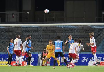 無観客で行われた川崎-鹿島戦。後半8分、自陣でゴールを死守する鹿島イレブン=等々力陸上競技場