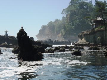海底ガス田があったことを示す五浦海岸の炭酸塩の岩塊。右奥は六角堂=北茨城市大津町五浦
