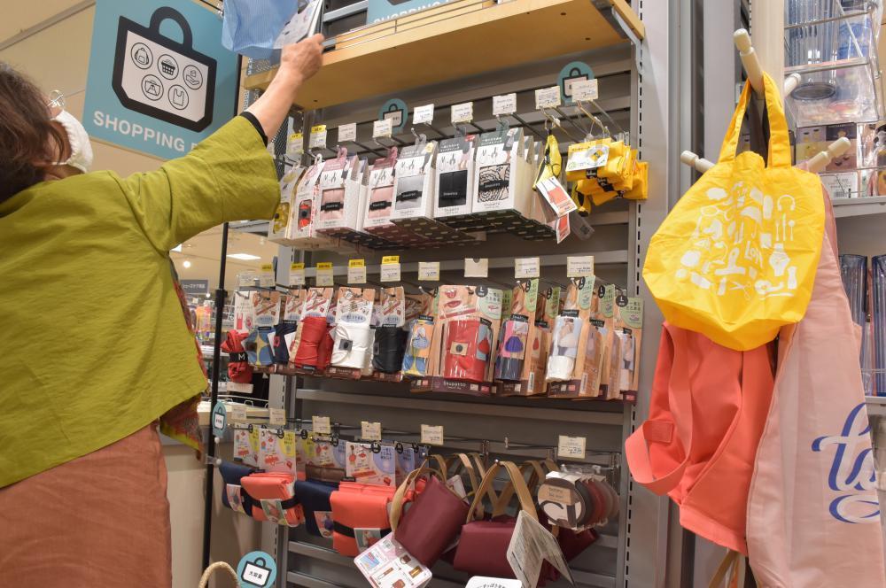 レジ袋有料化でエコバッグ注目 水戸の雑貨店 軽量、折り畳み リュック型人気