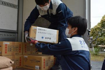 大分県日田市に送る消毒液をトラックに積み込む水戸市職員ら(市提供)