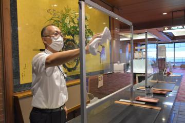 感染対策を徹底し観光客受け入れの準備を進めるつくばグランドホテルの従業員=つくば市筑波
