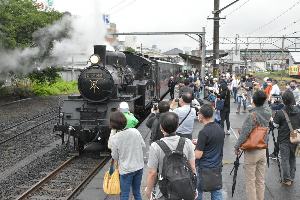 再開した「SLもおか」を見送ろうと、下館駅ホームには多くの鉄道ファンが詰め掛けた=筑西市乙