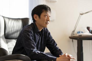 新聞連載小説「罪の境界」で描こうとすることについて語る作家の薬丸岳さん(疋田千里撮影)