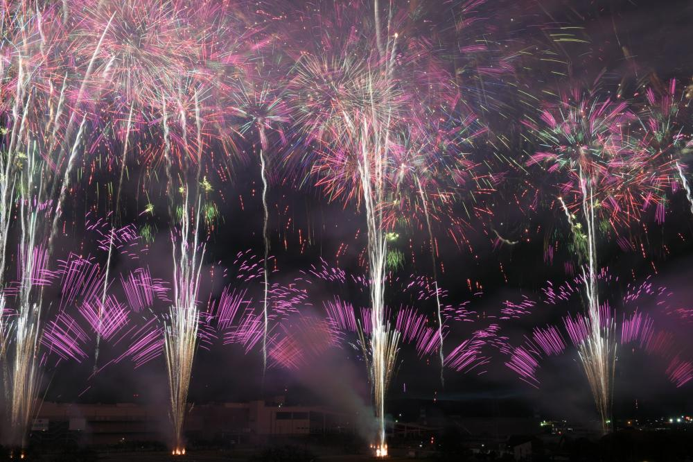 昨年の土浦全国花火競技大会で打ち上げられたワイドスターマイン=2019年10月26日、土浦市