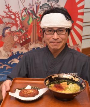 あん肝とトラフグを使った塩ラーメンをPRするまるみつ旅館の武子能久社長=北茨城市平潟町