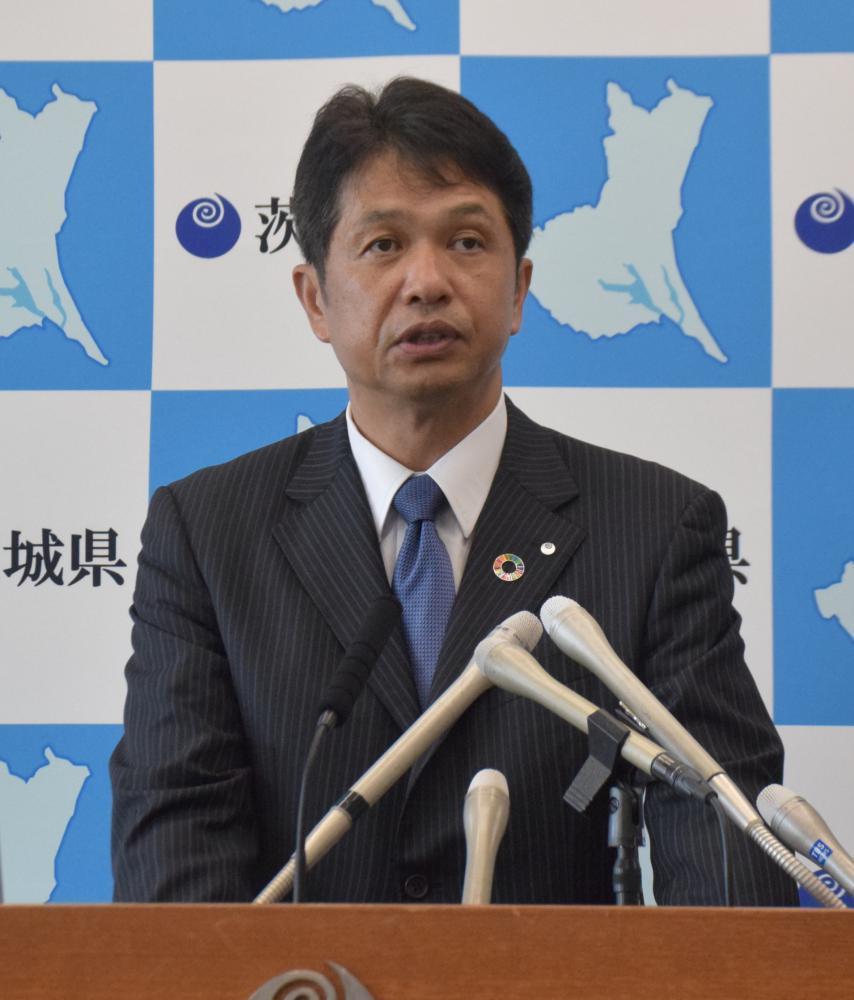 県独自の新型コロナウイルス対策の「ステージ3」への引き上げを発表する大井川和彦知事=県庁