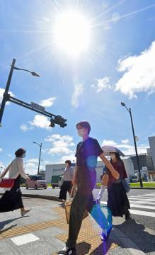 梅雨明けし、強い日差しの中を歩く人たち=1日午後、水戸市南町