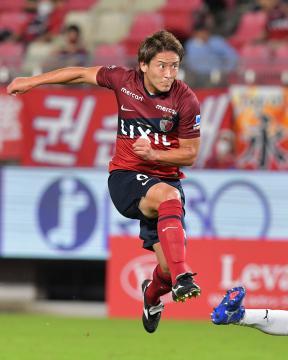 正確なパス、クロスでチームを引っ張る鹿島・永木=5日、カシマスタジアム、菊地克仁撮影
