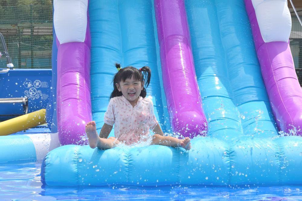 滑り台付きプールを楽しむ女児=水戸市笠原町の「スーパー銭湯やまの湯」
