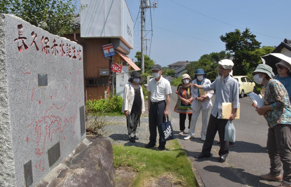 長久保赤水顕彰会顧問の長久保源蔵さん(右から3人目)の案内で誕生地の石碑を見学する「はまなす会」のメンバー=高萩市赤浜