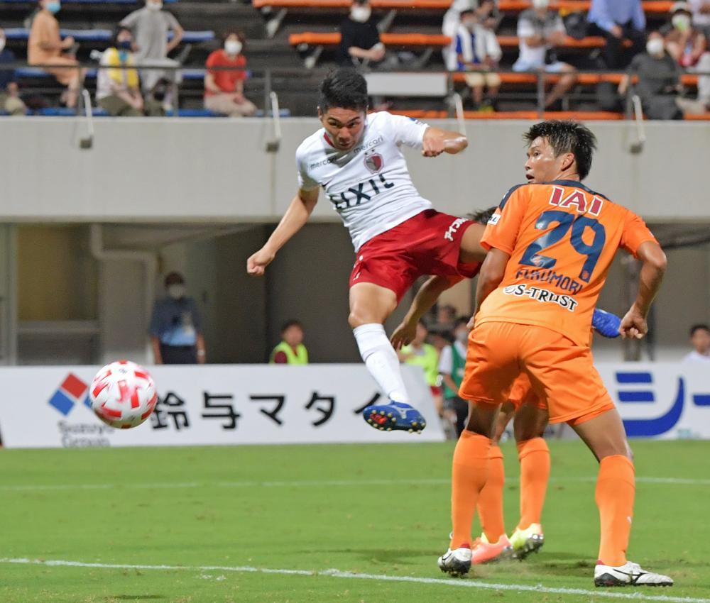 清水-鹿島 後半41分、勝ち越しゴールを決める鹿島・松村=IAIスタジアム日本平