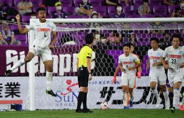 京都─水戸 前半42分、同点ゴールを決めて喜ぶ水戸のンドカ(左)=サンガスタジアムbyKYOCERA