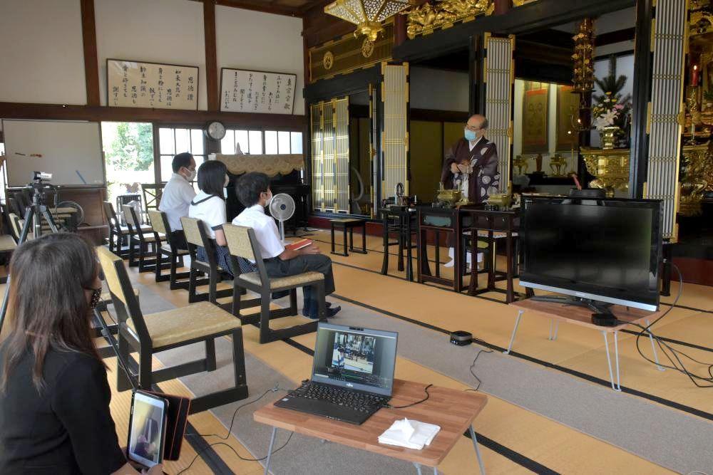 インターネットで配信された光円寺での法要=水戸市酒門町