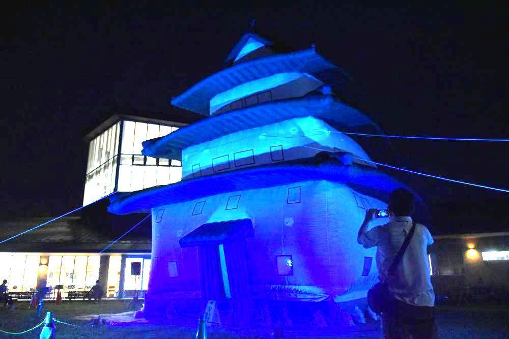 青色の照明でライトアップされた古河城バルーン=15日午後7時15分ごろ、古河市大和田の道の駅まくらがの里こが