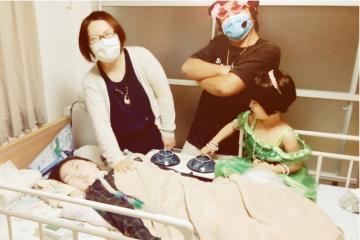中島龍次さん、沙都美さん家族が「ソノサキ」を歌う動画の一場面(中島さん提供)