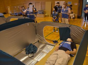 避難者1人当たりのスペースを広く取ったテント型の避難スペース=6月、常総市鴻野山の石下総合体育館