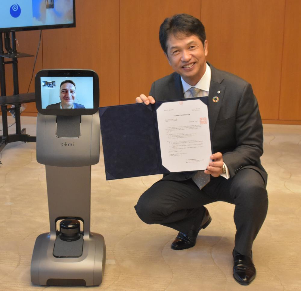 レンシュ・アーロン氏が遠隔操作するロボットに証明書を交付する大井川和彦知事=県庁