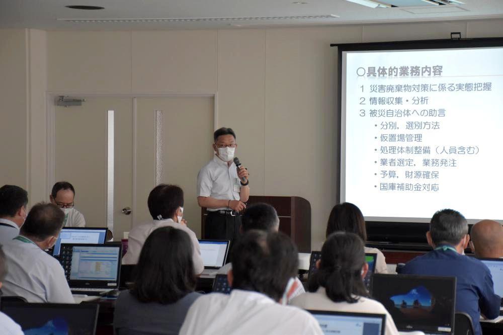 熊本県での被災支援活動を報告する常総市市民と共に考える課の渡辺高之課長補佐=8月、同市役所